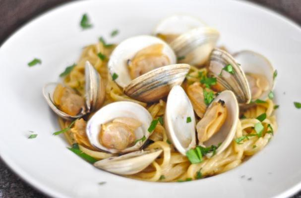 Foodista Comforting Dinner Linguine And Clams In Garlic