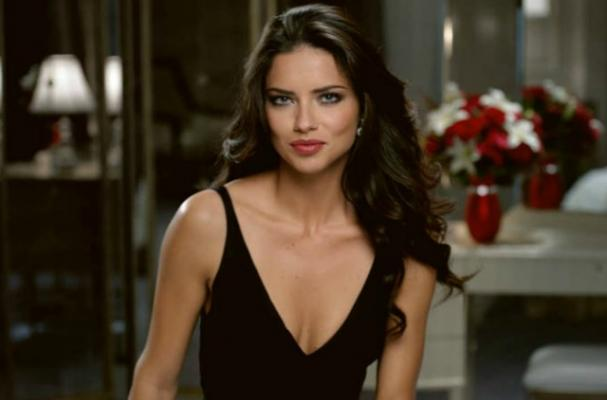 Adriana Lima Shows Up to Restaurant With Her Own Meal