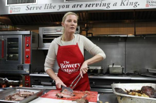 Sandra Lee Helps Feed Sandy Victims