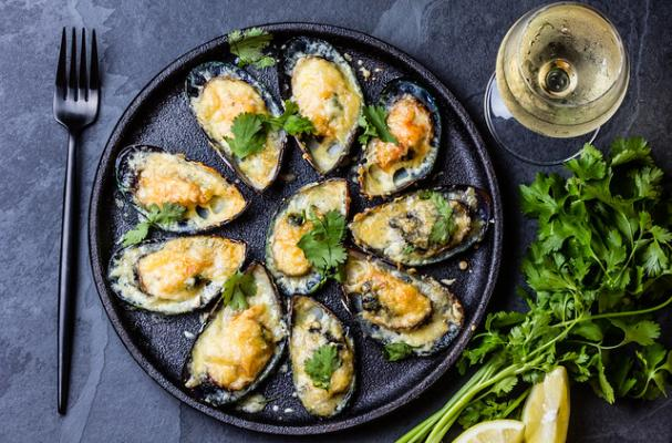 Baked mussels with parmesan cheese, white wine and herbs